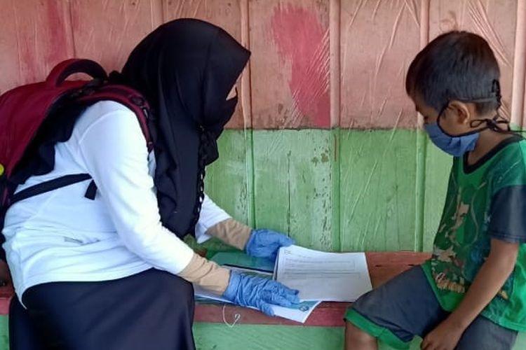 Seorang guru di Kabupaten Tana Tidung (KTT), Kalimantan Utara membimbing siswa menggunakan lembar aktivitas siswa (LAS) berbasis Kurikulum Darurat.