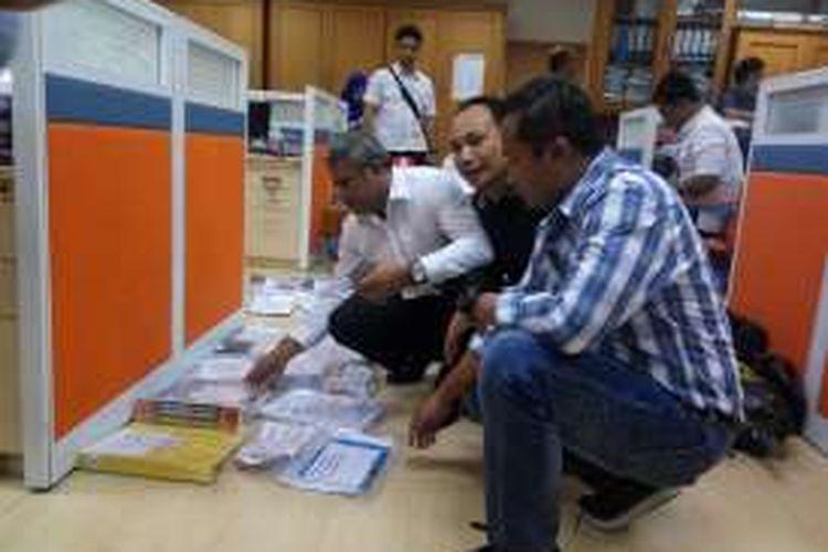 Polisi saat memeriksa d9kumen di lantai 12 Kantor Kementerian Perhubungan di Jakarta, Selasa (11/10/2016).