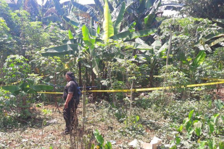 Garis polisi terpasang di lokasi temuan jasad bocah perempuan berusia lima tahun yang ditemukan di dalam sebuah karung di lahan kosong Perumahan Bogor Asri, Selasa (1/5/2018).