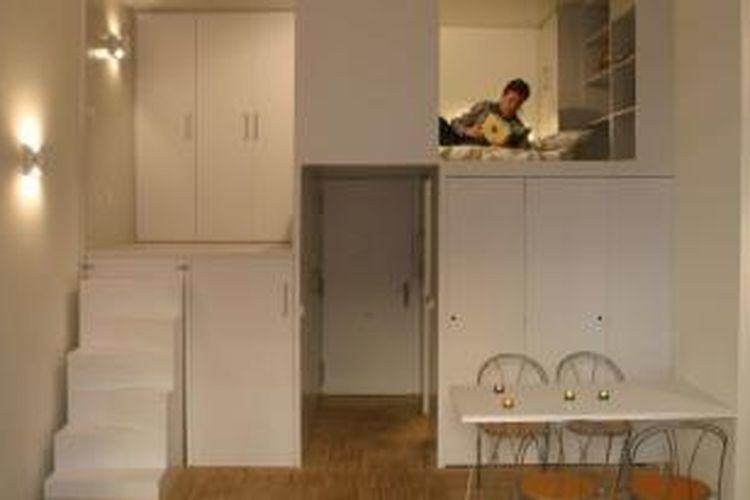 Apartemen mungil ini memiliki plafon cukup tinggi, yaitu 3,6 meter. Dengan ketinggian itu, ia memanfaatkannya sebagai ruang-ruang penyimpanan vertikal.