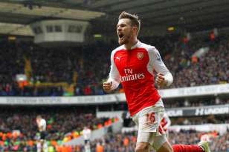 Gelandang Arsenal, Aaron Ramsey, merayakan golnya ke gawang Tottenham Hotspur pada lanjutan Premier League di Stadion White Hart Lane, Sabtu (5/3/2016).