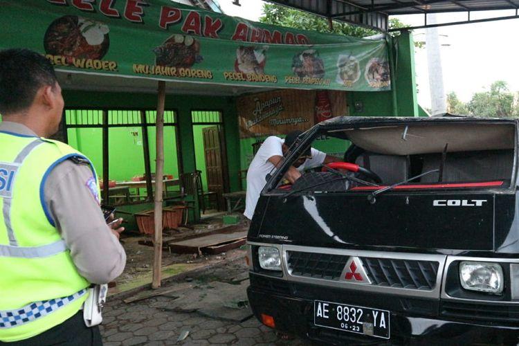 Kondisi pickup Mitsubishi L300 dan Warung Pecel Lele Pak Ahmad di jalan raya Perak - Bandar Kedungmulyo, Jombang, Jawa Timur, usai terjadi kecelakaan, Rabu (12/6/2019) petang.