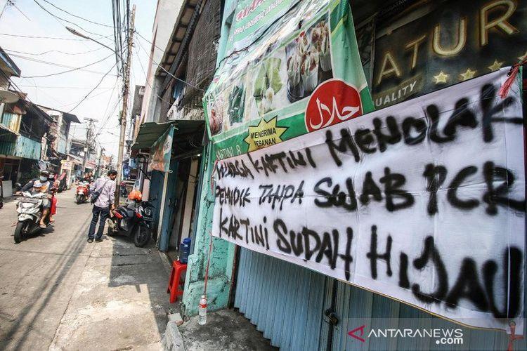 Pengendara melintasi spanduk peringatan untuk pemudik di kawasan Sawah Besar, Jakarta, Minggu (16/5/2021). Spanduk tersebut untuk memperingati warga yang kembali dari mudik agar membawa surat bebas COVID-19.