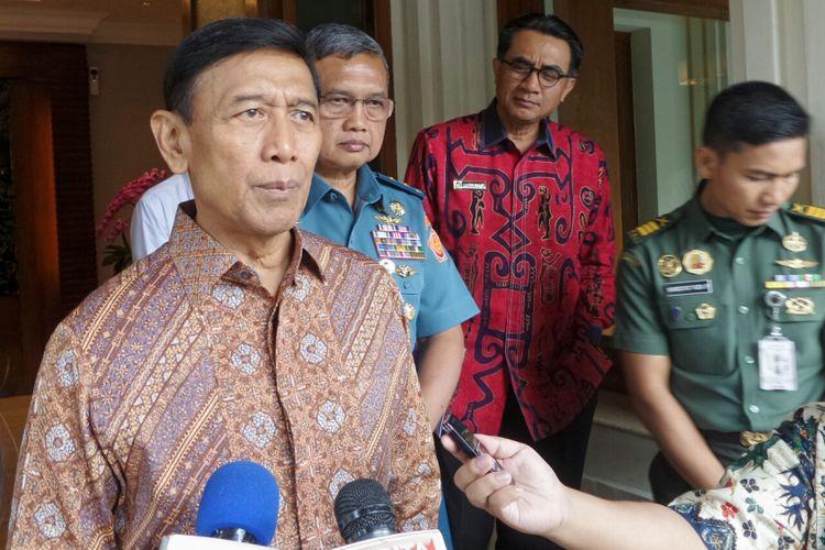 Menteri Koordinator bidang Politik, Hukum dan Keamanan Wiranto saat ditemui di Kemenko Polhukam, Jakarta Pusat, Senin (8/5/2017).