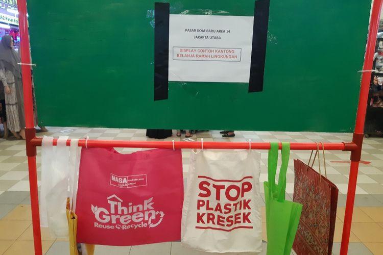 Display kantong ramah ligkungan di Pasar Koja Baru, Koja, Jakarta Utara, Senin (6/7/2020)