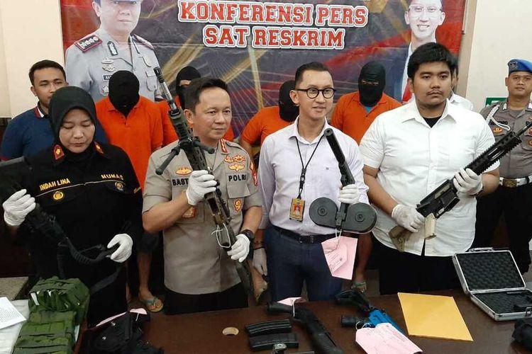 Kapolres Metro Jakarta Selatan, Komisaris Besar Bastoni merilis Kasus praktek jual beli senjata ilegal, Rabu (8/1/2020)