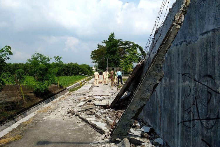 Anggota DPRD dan pihak Pemkot Blitar melihat lokasi robohnya tembok yang menewaskab Dicky Asvirano (11), Senin (21/6/2021)