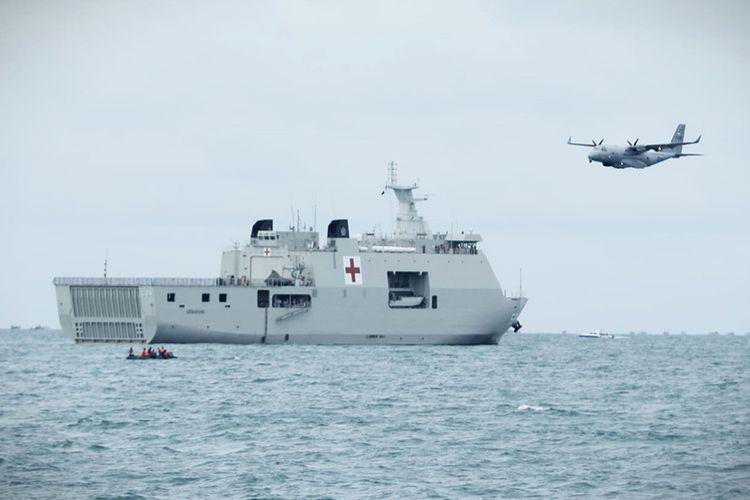 TNI Angkatan Laut (AL) melibatkan unsur udara pesawat CN-235 MPA untuk turut membantu pencarian korban kecelakaan pesawat Sriwijaya Air yang jatuh Sabtu pekan lalu di perairan antara Pulau Lancang dan Pulau Laki, Kepulauan Seribu, DKI Jakarta, Kamis (14/1/2021). Pangkoarmada I Laksamana Muda TNI Abdul Rasyid yang secara langsung memimpin pencarian di lokasi mengatakan, pelibatan pesawat CN-235 Patmar ini dimaksudkan untuk mengamati permukaan di area jatuhnya pesawat Sriwijaya Air SJ 182.