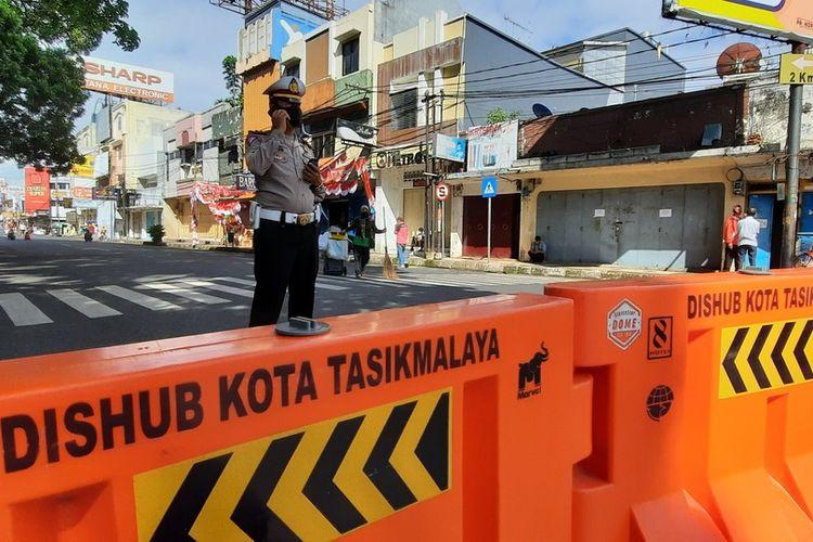 Petugas Satgas Covid-19 Kota Tasikmalaya menutup toko-toko yang bergerak di bidang non-esensial selama PPKM Darurat diberlakukan sampai tanggal 20 Juli 2021 pada Selasa (6/7/2021).