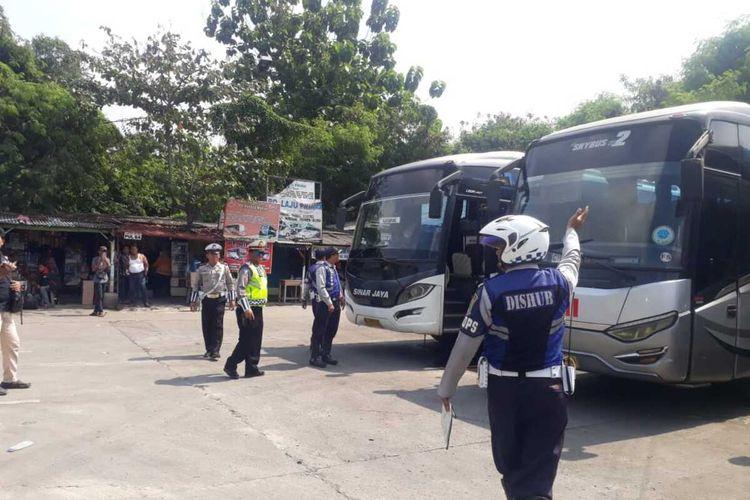Petugas Dinas Perhubungan Karawang tengah melakukan ramp chek sejumlah bus AKAP di Terminal Klari, Selasa (4/2/2020).