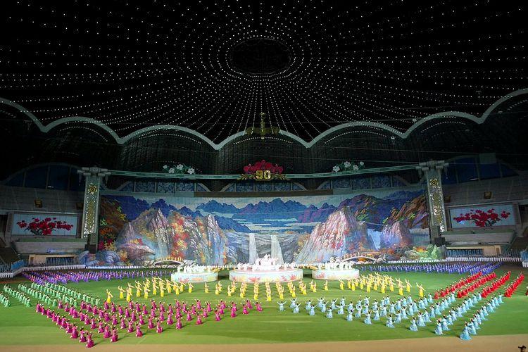 Ribuan anak-anak Korea Utara memamerkan keterampilan senam mereka selama pratinjau festival Arirang di stadion May Day berkapasitas 150.000 di Pyongyang 29 Maret 2002.