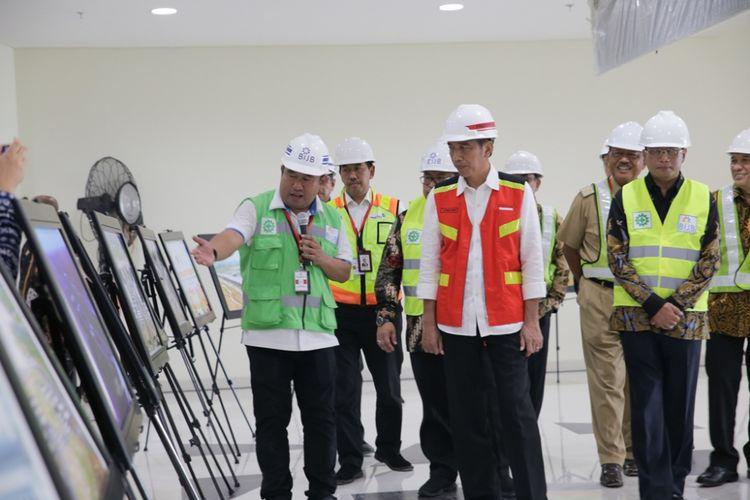 Presiden Joko Widodo (Jokowi) meninjau Bandara Internasional Jawa Barat (BIJB), di Kecamatan Kertajati, Kabupaten Majalengka, Selasa (17/4/2018).