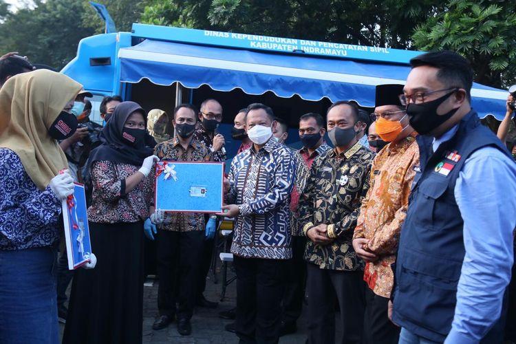 Mendagri Tito Karnavian menyerahkan hadiah e-KTP kepada empat pemilih pemula di Indramayu yang berulang tahun ke-17, Rabu (5/8/2020).