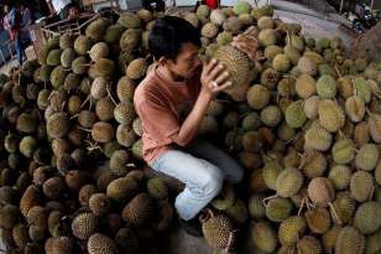 ILUSTRASI - Perdagangan durian di Pasar Induk Caringin, Bandung, Jawa Barat, Rabu (25/01/2012). Pasar induk ini menampung berbagai hasil perkebunan berupa sayur dan buah antara lain yang berasal dari sekitar Bandung. K
