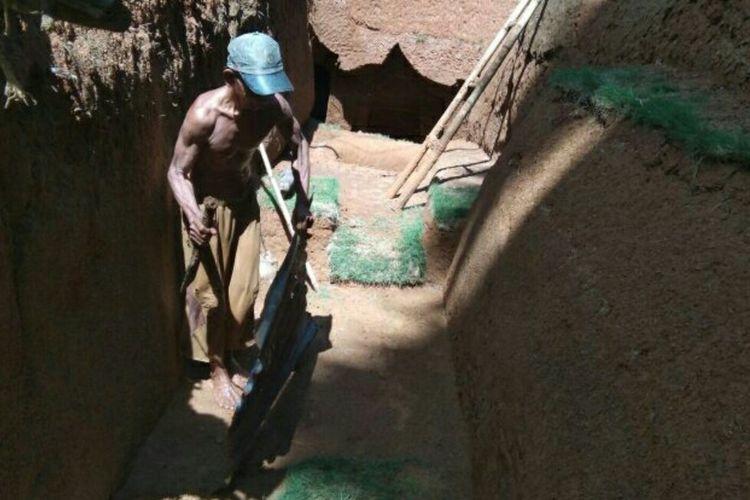 Zainuddin (53) alias Cireng, Warga Cenrana, Kabupaten Bone, Sulawesi Selatan sedang membangun rumah bawah tanah miliknya. Rabu, (5/5/2021).