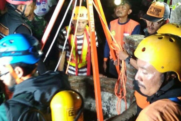 Upaya evakuasi 2 korban warga Desa Krompol Ngawi yang tewas di dalam sumur diduga menghisap gas beracun dari mesin pompa air  yang digunakan untuk menguras sumur.