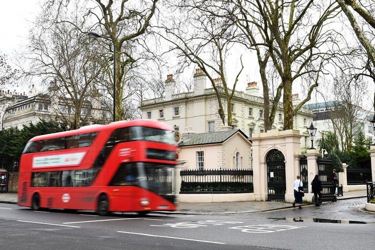 Sebuah bus melintas di depan Kedutaan Besar Rusia di London (15/3/2018). Perdana Menteri Inggris Theresa May mengumumkan pengusiran terhadap 23 diplomat Rusia buntut kasus percobaan pembunuhan terhadap mantan agen ganda Rusia bernama Sergei Skripal.