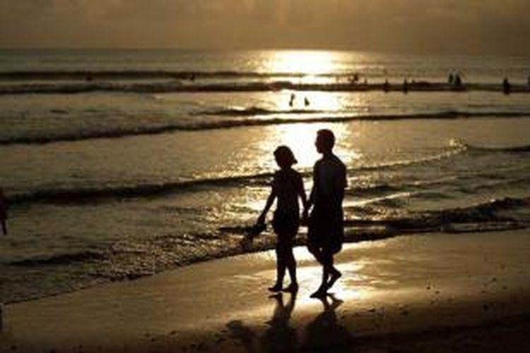 Wisatawan menikmati sore di Pantai Kuta, Bali, Sabtu (22/6/2013). Keindahan wisata pantai di sejumlah kawasan di Bali seperti Kuta, Seminyak, Jimbaran, Nusa Dua dan Tanjung Benoa masih menjadi daya tarik wisatawan baik domestik maupun mancanegara.