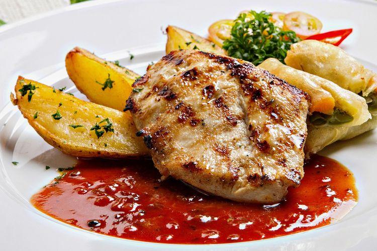 Ilustrasi steak ayam dengan saus bbq dan potato wadges.