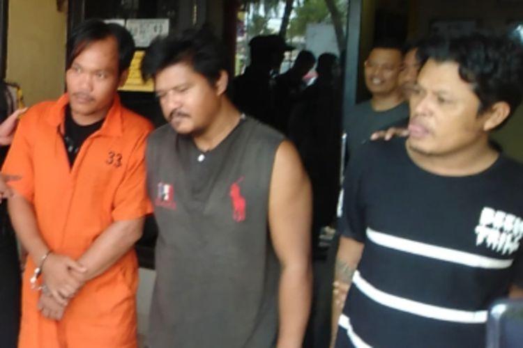 Hermansyah (32), Ismail (46) dan Hendra (36) yang menyekap dan hendak membunuh Riski (22) lantaran dituduh sebagai informan polisi. Ketiga tersangka saat ini telah diamankan di Polsek Talang Kelapan, Kabupaten Banyuasin, Sumatera Selatan, Rabu (8/1/2020).