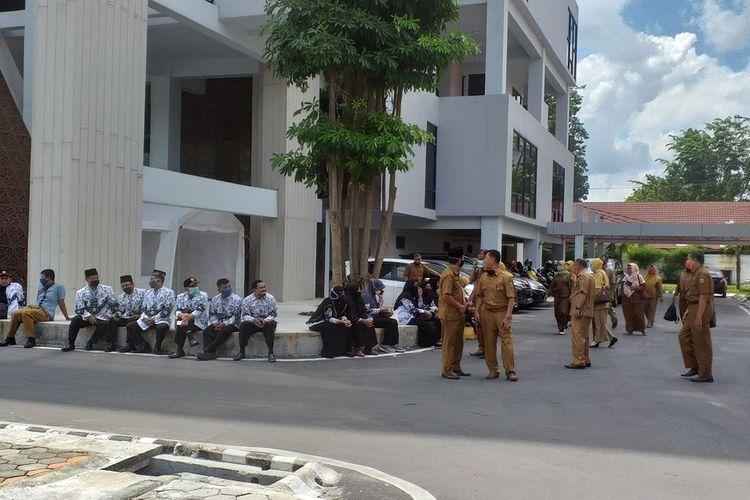 Kepala SMP Negeri se-Kabupaten Indragiri Hulu saat berada di Kejati Riau di Pekanbaru untuk memenuhi pemanggilan terkait kasus pemerasan yang dilakukan oknum Kejari Inhu, Senin (20/7/2020).