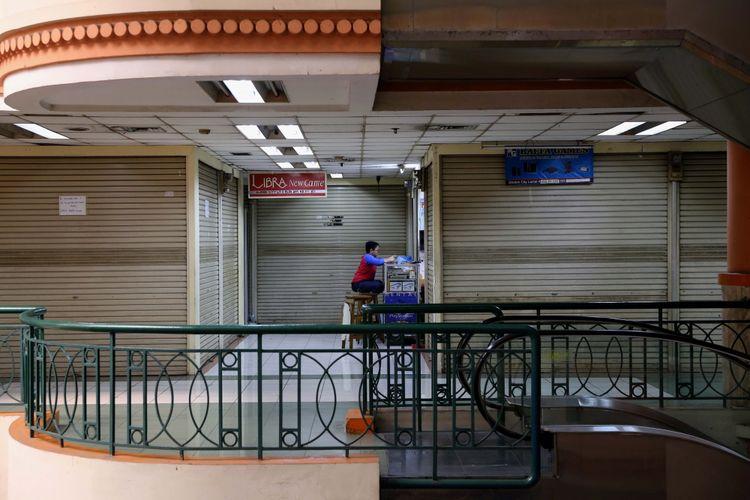 Aktivitas perdagangan pusat perbelanjaan di Plaza Elektronik, Glodok, Jakarta barat, Rabu (14/7/2017). Perdagangan berjalan normal meskipun ada sebagian kios yang ditutup akibat sepi pembeli.
