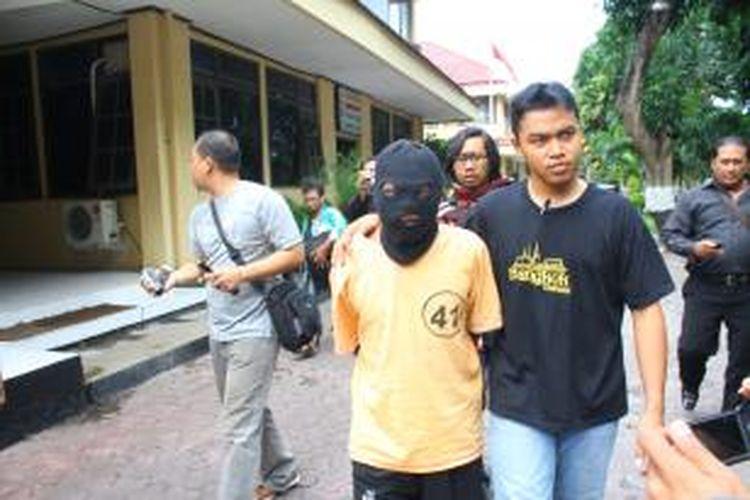 Sang kolor ijo digelandang ke Mapolresta Probolinggo setelah 10 tahun memeperkosa 31 wanita.