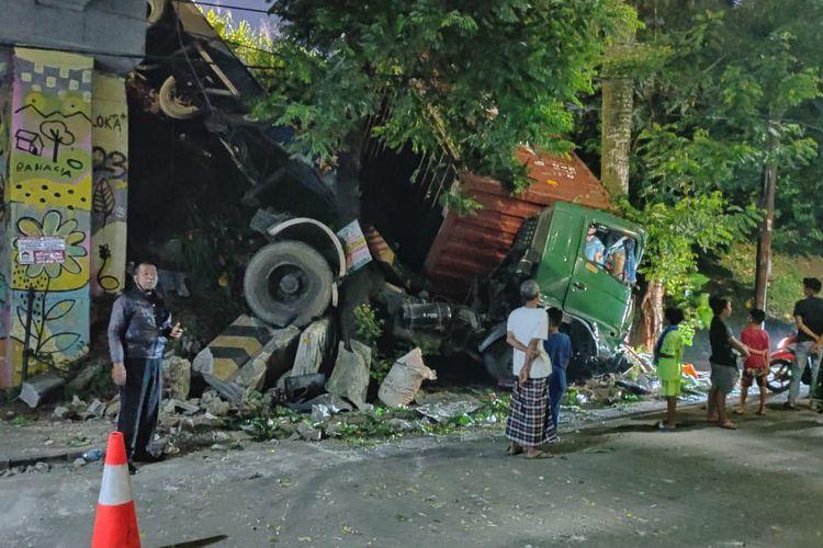 Truk kontainer hilang kendali dan terjun ke sisi bawah Jalan Tol Jakarta - Serpong, Tangerang Selatan, Selasa (27/4/2021)