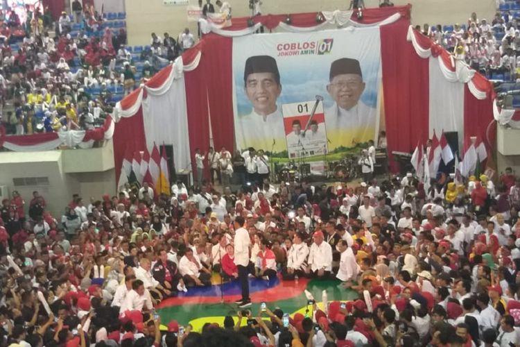 Calon Presiden nomor urut 01 Joko Widodo melakukan kampanye di gedung Palembang Sport Convention Center (PSCC)Palembang, Sumatera Selatan, Selasa (2/4/2019). Dalam kampanye tersebut, Jokowi menjanjikan tol Aceh hingga Lampung akan tersambung pada 2024 mendatang.