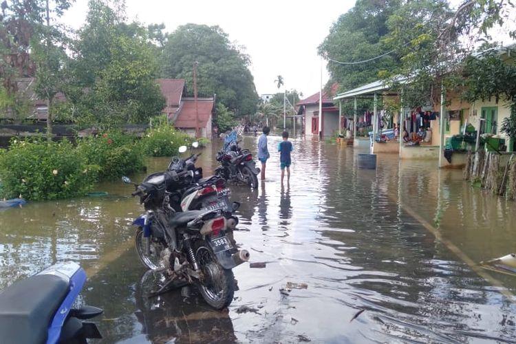 Banjir menggenangi jalan di Kelurahan Nanga Bulik, Kecamatan Bulik, Kabupaten Lamandau, Selasa (14/7/2020). Banjir terjadi karena Sungai Lamandau meluap pasca hujan deras yang mengguyur beberapa hari terakhir.