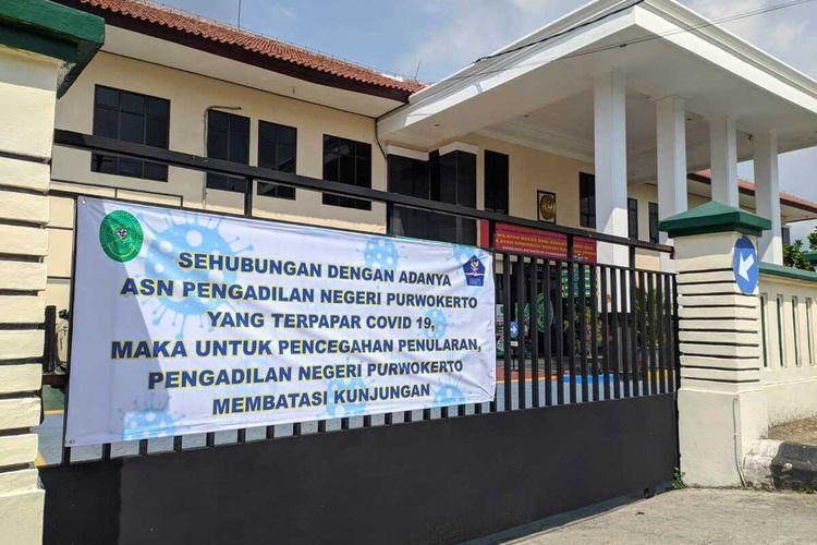 Kantor Pengadilan Negeri (PN) Purwokerto, Kabupaten Banyumas, Jawa Tengah, ditutup sementara waktu karena beberapa pegawai terpapar Covid-19.