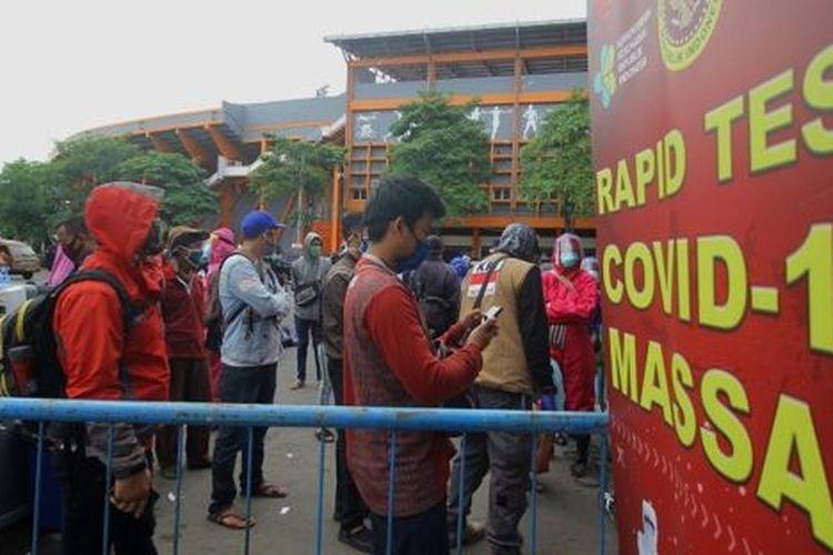 Warga mengantre untuk mengikuti tes diagnostik cepat (rapid test) COVID-19 secara massal di Surabaya, Jawa Timur, Senin (01/06).