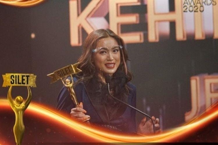 Jessica Iskandar menerima penghargaan Silet Awards 2020.