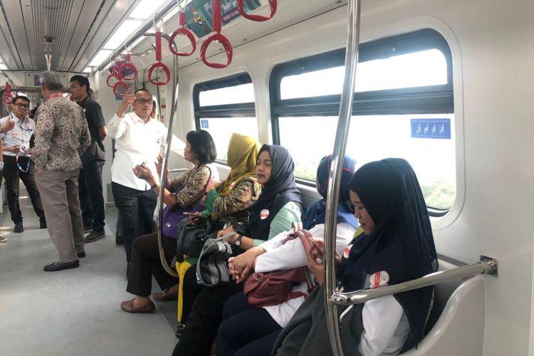 Suasana di dalam kereta light rail transit yang sedang uji coba operasi, Rabu (29/8/2018).