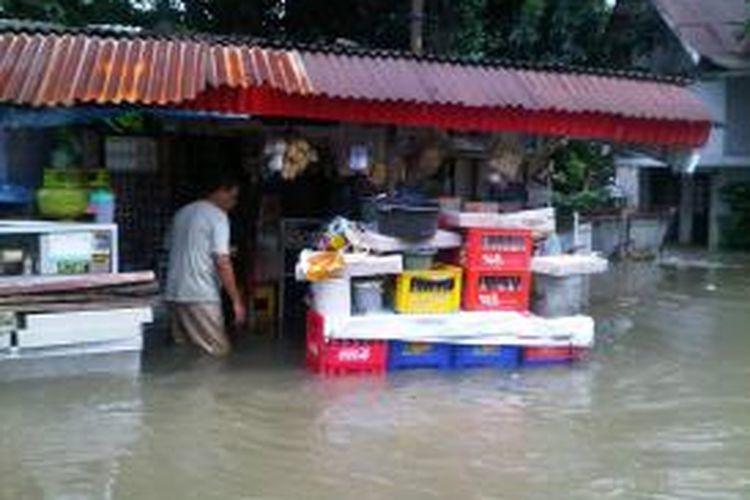 Perumahan Polri Pondok Karya, Jakarta Selatan, yang tergenang air luapan Kali Mampang,
