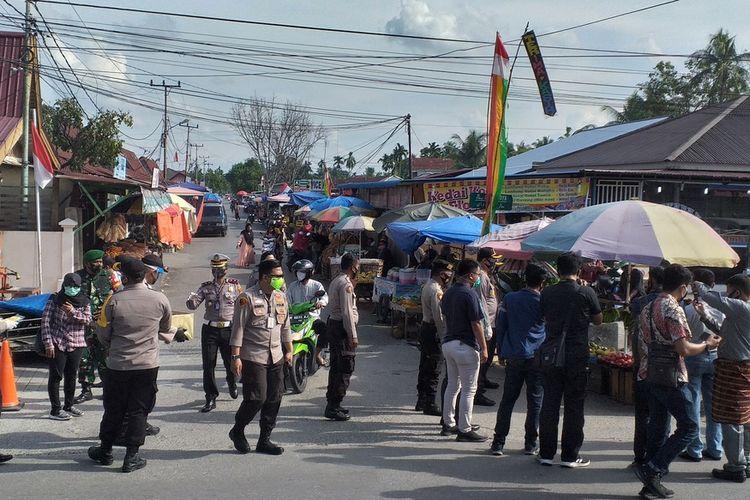 Polresta Pekanbaru dan jajaran Polsek Tampan melakukan pengecekan protokol kesehatan masyarakat di pasar tradisional di Jalan HR Soebrantas, Kecamatan Tampan, Kota Pekanbaru, Riau, Jumat (11/9/2020).