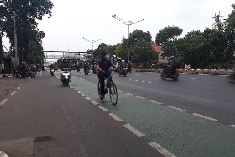 Tampak sejumlah pesepeda motor melawan arus di jalur sepeda Jalan Matraman Raya, Jakarta Timur, Kamis (28/11/2019).