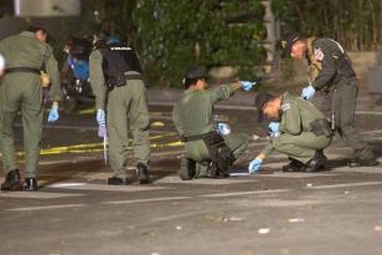 Tim penyidik memeriksa lokasi ledakan bom di dekat Kuil Erawan, Distrik Chidlom, pusat Kota Bangkok, Thailand, Senin (17/8/2015) sekitar pukul 19.00 waktu setempat. Puluhan orang dilaporkan tewas dalam peristiwa tersebut.