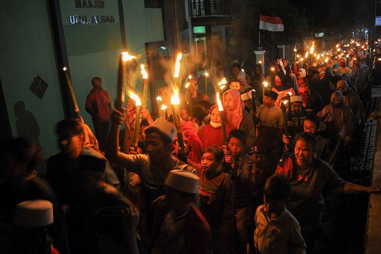 Puluhan warga mengikuti pawai obor di Kaki Gunung Manglayang, Cileunyi, Kabupaten Bandung, Jawa Barat, Rabu (19/8/2020). Pawai obor tersebut digelar dalam rangka menyambut Tahun Baru Islam, 1 Muharram 1442 Hijriah.