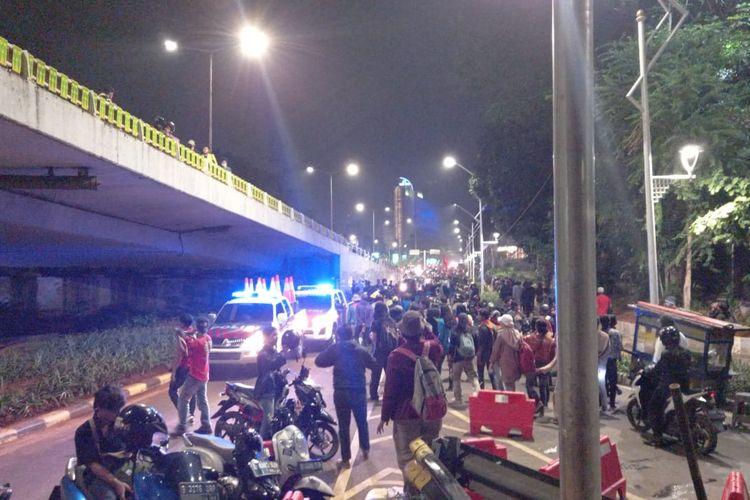 Massa Aksi Demonstrasi menolak RUU Cipta Kerja dan RUU Haluan Ideologi Pancasila (HIP) di Depan Gedung DPR/MPR RI mulai membubarkan diri, Kamis (16/7/2020)