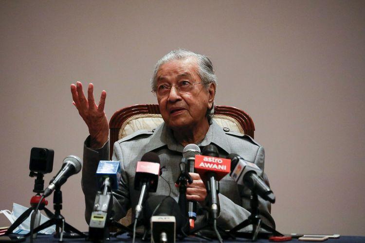 Eks Perdana Menteri Malaysia Mahathir Mohamad saat berbicara dalam konferensi pers di Putrajaya, Malaysia, 18 Mei 2020.