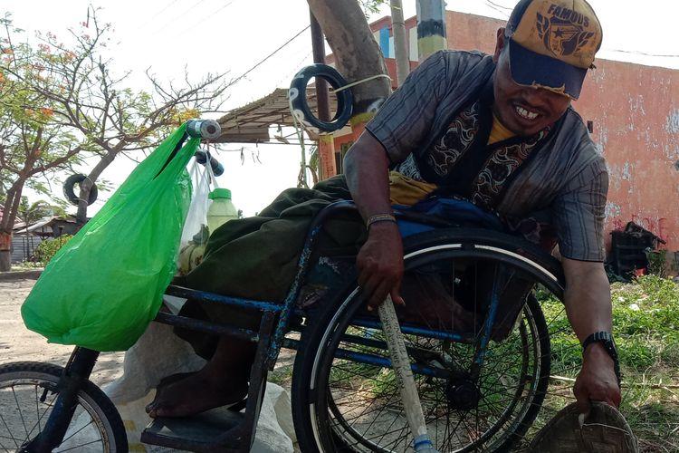 Samsul penyandang disabilitas mengumpulkan botol bekas di  Res Area Bantaeng, Kabupaten Bantaeng, Sulawesi Selatan.  Jumat (20/10/2020).