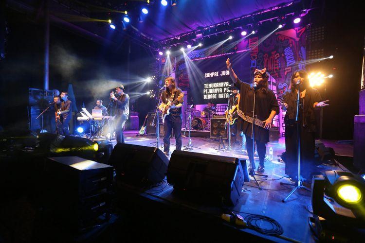 Efek Rumah Kaca saat tampil pada acara Synchronize Festival 2017 di Gambir Expo Kemayoran, Jakarta, Jumat (06/10/2017). Acara musik ini akan berlangsung selama tiga hari hingga Minggu 8 Oktober.