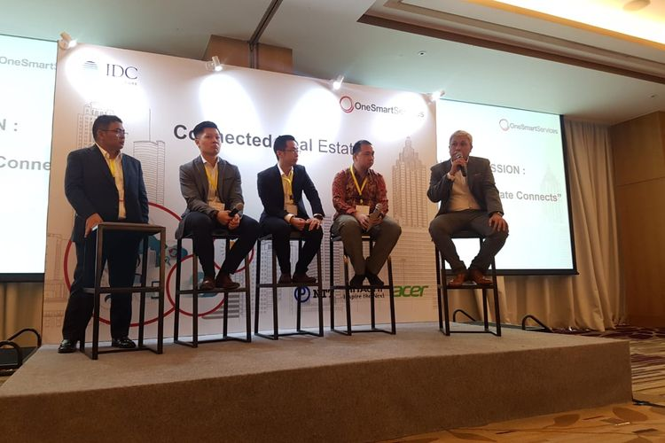 CEO Technology Business Sinar Mas Land Irvan Yasni, General Manager Vertical Solutions Asia Pacific Josef Figueroa, CoE Solution Architect for Smart Space & Video Intelligence (SSVI) Asia Pacific Gary Su, Solution Architect Acer Indonesia Raymon Ang, dan CTO OneSmartServices Ramadhanny Herlambang, berbicara dalam seminar Connected Real Estate, di Jakarta, Rabu (16/10/2019).