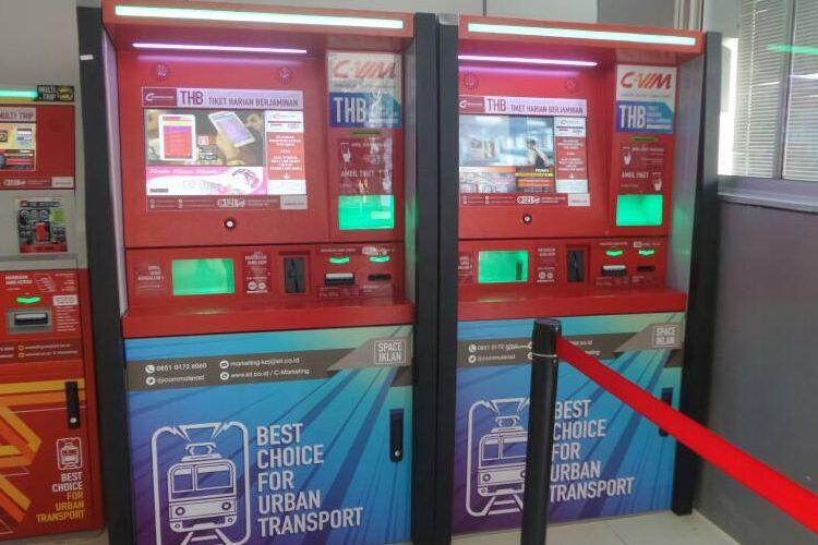 Tampak commuter vending machine (C-Vim) baru yang ditempatkan di Stasiun Juanda, Selasa (23/5/2017). PT KCJ memperbanyak C-Vim untuk melayani transaksi kartu multi trip dan tiket harian berjaminan di sejumlah stasiun sekaligus mengurangi loket secara bertahap.