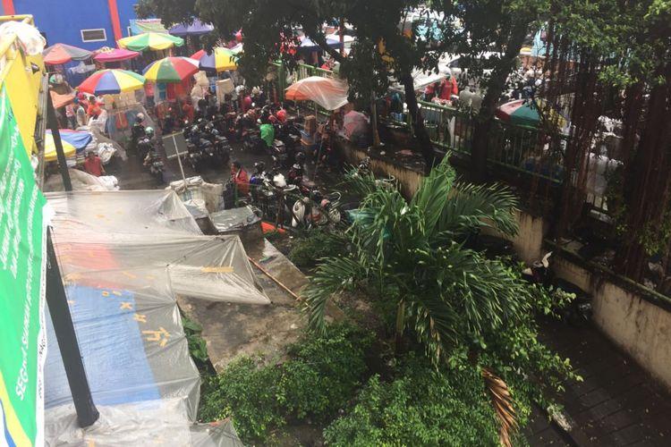 Wakil Gubernur DKI Jakarta Sandiaga Uno berencana merelokasi sementara pedagang Blok G Pasar Tanah Abang ke parkiran Blok F. Relokasi para pedagang dilakukan dalam rangka revitalisasi Pasar Blok G, Kamis (19/4/2018).