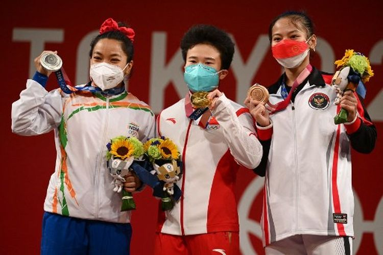 Ki-Ka: Mirabai Chanu (India), Hou Zhihui (China), Windy Cantika Aisah (Indonesia), di podium medali Olimpiade Tokyo 2020 cabor angkat besi kelas 49 kg putri.