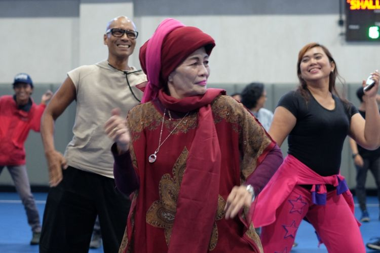 Tini Kartini Natakusumah (depan)  sedang melakukan Zumba pada peluncuran Goifex 2019, Selasa (19/2/2019) di Jakarta. Bersama tim beranggota enam orang, Tini Kartini Natakusumah atau karib disebut Ibu Hajjah Legimin, menciptakan Senam Kesegaran Jasmani 1988. Tini menyebut nama Arum Dhani dan Berty Tilarso sebagai anggota timnya.