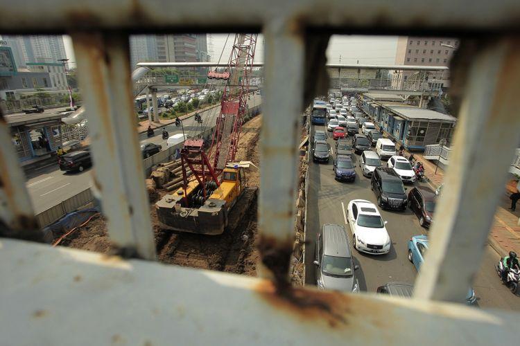 Kendaraan melintas di samping proyek pembangunan Light Rail Transit (LRT) Jakarta-Bogor-Depok-Bekasi di kawasan MT Haryono, Jakarta, Senin (7/8/2017). Pemerintah menargetkan pembangunan LRT tahap pertama rampung pada Desember 2019 dan setelah itu akan dilakukan uji coba selama tiga bulan hingga Maret 2020. ANTARA FOTO/Muhammad Adimaja/foc/17.