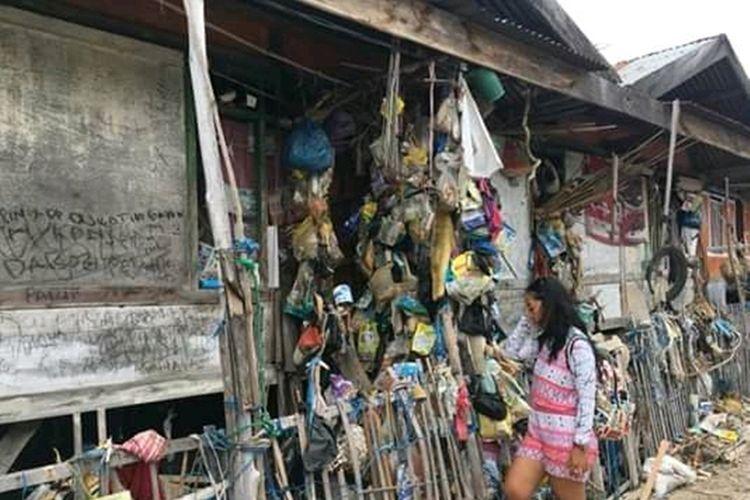 Foto : Salah seorang pengunjung menyaksikan rumah sampah di pulau Koja Doi, Kecamatan Alok Timur, Kabupaten Sikka, Flores, NTT, Sabtu (7/9/2019).